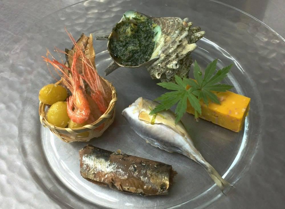 前菜 サザエエスカルゴ風、川海老、鯵骨煎餅、銀杏、小鯵寿司、鰯有馬煮、南瓜牛酪寄せ